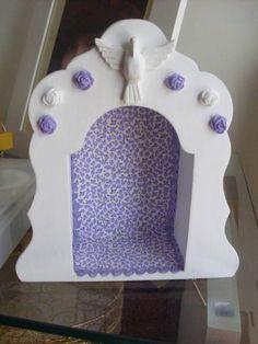 Oratório ou Relicário em mdf pintado de branco com revestimento de tecido na cor desejada, e com aplicação do Divino e rosinhas. R$ 45,00
