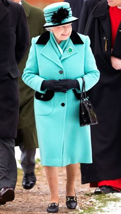 2013 from Queen Elizabeth II's Royal Style Through the Years Her Royal Highness attended a Sunday Service at the Church of St Lawrence in a black-trimmed turquoise ensemble, black gloves and matching hat. Elizabeth Queen Of England, Queen Elizabeth Ii, Royal Films, Queen Hat, Royal Queen, St Lawrence, Isabel Ii, Her Majesty The Queen, Black Gloves