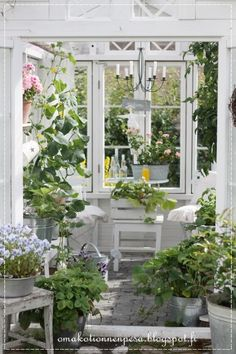 Oma koti onnenpesä: Kesähuoneen valtaus Greenhouse Shed, Greenhouse Gardening, Garden Cottage, Home And Garden, Gazebo, Pergola, Sunroom Decorating, Porch And Balcony, She Sheds