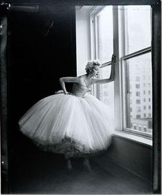 Una bailarina que se asoma