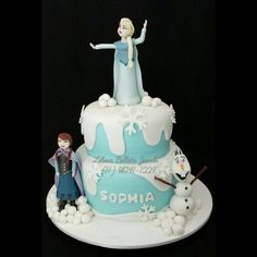 Bolo tema Frozen com os bonecos Elsa, Anna e Olaf feitos com pasta americana .