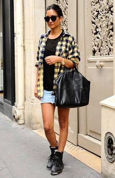 黒Tシャツ、デニムスカート、黒ショートブーツ、チェックシャツ