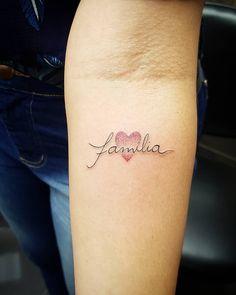 Tatuagem de família: 90 opções para registrar todo o seu amor Mini Tattoos, Cute Tattoos, Small Tattoos, Tatoos, Mother Tattoos, Family Tattoos, Ankle Tattoo, All Things Beauty, Tatting