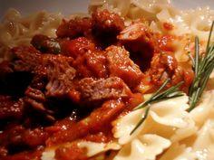 Ragoût de Boeuf Sauce Tomate & Poivrons (pour 5 personnes) Ingrédients: 1 kg de ragoût de boeuf 700 gr de passata de tomates 1 poivron vert et rouge 1 oignon 2 tomates 4 gousses d'ail 1 branche de romarin et de thym 1 ou 2 piments (facultatif) 1 càs de...