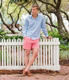How to wear: light blue long sleeve shirt, pink shorts, tan leather driving Frat Outfits, Preppy Outfits, Beach Outfits, Preppy Boys, Preppy Style, Frat Style, Camisa Coral, Preppy Mens Fashion, Men Fashion