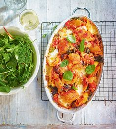A crowd-pleasing pasta recipe made with a homemade tomato sauce, sausages and mozzarella.