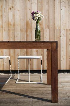 Celodřevěné stoly jsou vyrobeny z tropického dřeva. Je jen na vás, zda se rozhodnete pro přirozenou strukturu nebo si necháte drážky probarvit zvoleným odstínem. // All-wood tables are made of tropical wood. It's up to you whether you opt for a natural structure or let the groove with tint chosen shade.