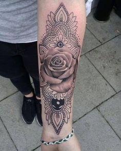 Mandala Tattoo mit Rose