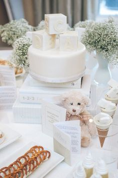 Baby showers are fun and exciting. Especially when the expectant couple already knows the gender of their baby. But why pick an all white baby shower theme? You may have been to an all blue baby… Decoracion Baby Shower Niña, Regalo Baby Shower, Fiesta Baby Shower, Baby Shower Niño, Baby Shower Winter, Baby Shower Gender Reveal, Baby Shower Favors, Shower Party, Baby Shower Games