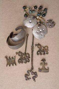 Līvu sievietes rotas, 13. gadsimts. Atrastas arheoloģiskajos izrakumos Turaidas Baznīckalna viduslaiku kapsētā. http://www.turaida-muzejs.lv/wp-content/gallery/baznica_dazadi/3_att.jpg
