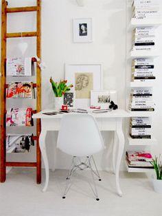 Escadas como prateleira Prateleiras nunca são demais quando o assunto é o ambiente do seu home office! Então, não deixe de implementá-las nas suas paredes, se quiser fazer algo diferente e ousar um pouquinho mais, que tal utilizar móveis que estão encostados na sua casa? Essa escada deu um estilo próprio ao ambiente, por exemplo.