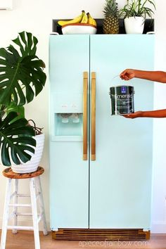 An old fridge gets a gorgeous look of a 2000 SMEG fridge Detailed tutorial video tips tricks on how to paint a fridge successfully in 1 day for 20 Smeg Fridge, Retro Fridge, Vintage Fridge, Retro Refrigerator, Cheap Home Decor, Diy Home Decor, Diy Home Interior, Apartment Interior, Interior Design