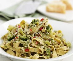 Tagliatelle mit Brokkoli und Nüssen Try the tasty tagliatelle with broccoli and nuts from Eat Smarter or one of our other healthy recipes! Vegetable Recipes, Vegetarian Recipes, Healthy Recipes, Pizza Express, Easy Cooking, Cooking Recipes, Pasta Recipes, Dinner Recipes, Homemade Burgers