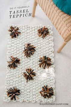 DIY: Teppich mit PomPons I will show you how to spice up a sea grass carpet for your home. A foolproof home DIY with great effect. Make your own carpet with PomPons Diy Carpet, Rugs On Carpet, Home Crafts, Diy Home Decor, Diy Crafts, Grass Carpet, Affordable Rugs, Pom Pom Crafts, Carpet Styles