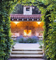 Na casa da serra um espaço gourmet com direito a lareira. Uma delicia para os dias frios de inverno que esse ano chegou antes do esperado.