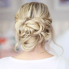Make your wedding guests swoon with this tousled low updo wedding hair tutorial.