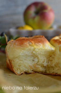 Ciasto drożdżowe zjabłkami, pachnące, bardzo puszyste, wilgotne. Takiego nieznajdzie się wżadnym sklepie czycukierni, bo rzadko któraużywa dojego wyrobu prawdziwego masła. Toono nadaje specyficzny, przecudny smak izapach podczas pieczenia. Aczasem dodają maślany aromat, niedajcie się zwieść:) Jeśli ktoś lubi cynamon, będzie pachniało jeszcze lepiej. Drożdżowe ciasto lubi ciepło. Dlatego podczas jesiennych czyzimowych temperatur wstawiam je dorośnięcia …