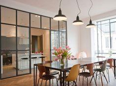 Hyper tendance, la verrière atelier permet d'isoler la cuisine du salon tout en laissant les volumes ouverts. Découvrez 10 idées d'aménagements inspirants...