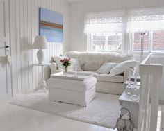 un salon de style shabby chic blanc avec un mobilier blanc