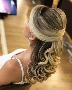 "1,678 curtidas, 13 comentários - SONIA LOPES (@penteadossonialopes) no Instagram: ""Semi-preso😍😍 #PenteadosSoniaLopes ✨ . . . #sonialopes #cabelo #penteado #noiva #noivas #casamento…"" Wedding Hair Colors, Hairdo Wedding, Wedding Hair And Makeup, Bridal Hair, Mom Hairstyles, Easy Hairstyles For Long Hair, Wedding Hairstyles, Quinceanera Hairstyles, Wedding Hair Inspiration"