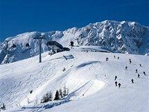 Čtyři noci za cenu tří, skipasy zdarma k pobytu, až třicetiprocentní slevy. Mnohá alpská střediska se předhánějí v zajímavých předvánočních nabídkách pro lyžaře. Vybrali jsme pro vás tipy na výhodné předvánoční lyžování v Rakousku, Švýcarsku, Itálii a Francii. Snowboard, Felder, Austria, Florence, Mount Everest, Skiing, Vacation, Mountains, Places