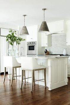 New Kitchen Interior Design Bright Ideas All White Kitchen, New Kitchen, Kitchen Island, Kitchen Paint, Bright Kitchens, Home Kitchens, Küchen Design, House Design, Design Ideas