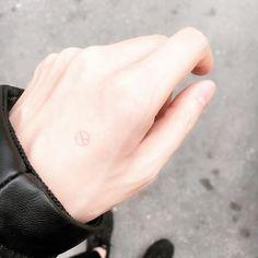 #사전투표 완료!   자기에게 주어진 권리를 자기가 포기해놓고 사회 구조와 현상에 대해 불평불만을 늘어놓는 사람이 없길 바랍니다  by aura_m_kr Fish Tattoos, Hands
