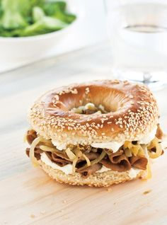 Food News, Best Restaurants, Cooking Tips & Tricks, Easy Recipes, Quick Meals and New Drinks Bagel Burger, Pizza Burgers, Bagel Sandwich, Good Burger, Sandwich Recipes, Hamburger Recipes, Beef Recipes, Cooking Recipes, Croissant