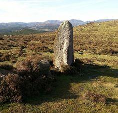 Hallan un menhir y un campamento militar romano en Mondoñedo