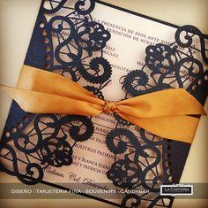 Elegante y fina Invitación en corte laser para boda, papeles tornasol en tonos perla y azul marino con un remate en dorado