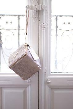 ● Bolso de fiesta hecho con lentejuelas reversibles en blanco y dorado | Modelo Eugenia | Diseños OLVIDO MADRID | www.olvidomadrid.es
