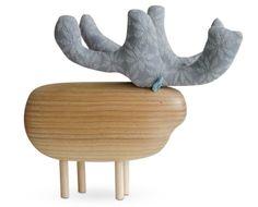 Do estúdio tcheco Pol Eno, o alce possui detalhe de feltro. Sob encomenda no site dos criadores.