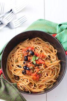 Pasta alla vesuviana: un primo piatto dai sapori decisi e dalle note piccanti! [Pasta with tomato sauce, fiordilatte cheese and pepper]