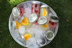 Haz cócteles antes que la fiesta comience y colócalos en jarros listos para ser bebidos dentro de cubos con hielo.
