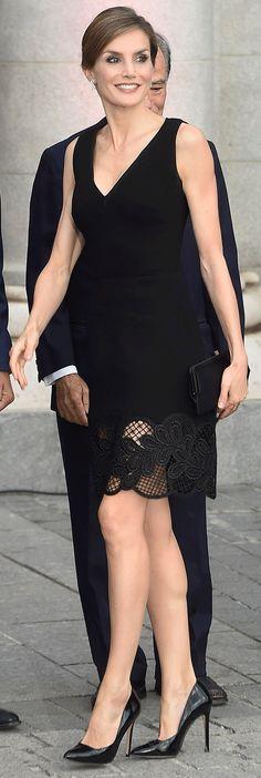 Ya sabemos que Letizia no es muy amiga de las joyas, para este día tan especial eligió los pendientes de brillantes que sus suegros los Reyes Juan Carlos y Sofía le regalaron el día de su boda en 2004. Para completar el look unos stilettos de charol, de Magrit, y una cartera, de Felipe Varela. 15.09.2016