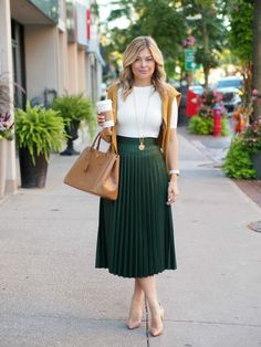 Pleated skirt outfit - 25 Of The Chicest White TShirt Outfits We've Ever Seen Winter Mode Outfits, Winter Fashion Outfits, Work Fashion, Modest Fashion, Spring Outfits, Fashion Tips, Autumn Outfits, Outfit Summer, Street Fashion