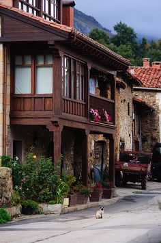 Typical houses of Cantabria in the countryside Beautiful Streets, Beautiful Buildings, Bilbao, Monuments, Places To Travel, Places To See, Wonderful Places, Beautiful Places, Valence