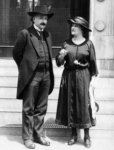 Mileva Maric y Albert Eisntein. Mileva era serbia, matemática y fue esposa de Einstein. Científicos...Hay quien asegura que gran parte de la teoría de la relatividad desarrollada por Einstein se debió en buena parte a la labor en la Sombra de Mileva...