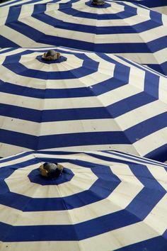 Blue and White Umbrella stripes Azul Indigo, Bleu Indigo, White Umbrella, Beach Umbrella, Sun Umbrella, Logos Retro, Umbrellas Parasols, Outdoor Umbrellas, Outdoor Tables