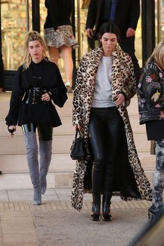 Kendall was spotted doing some holiday shopping with her bestie Hailey Baldwin in Beverly Hills wearing a *major* floor-length leopard print coat. Underneath, the model wore black leather leggings and a gray sweater with a pair of Gucci ankle boots. Leopard Fur Coat, Leopard Print Outfits, Early 2000s Fashion, Kendall Jenner Outfits, Autumn Fashion Casual, Casual Winter, Winter Fashion, Summer Outfits, Fashion Looks
