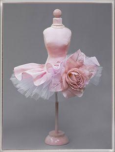 Mini Mannequin. Мини-манекен выполнен по специальному заказу на день рождение.Мини-манекен выполнен из розовой тафты, две нижние юбки из белой сетки и дополненной съёмным цветком-брошью. Наполнение - холлофайбер, деревянное основание, высота 31 см. mini-maneken.ru
