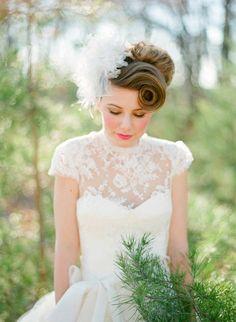 hochzeitskleid spitze, braut mit rosa make up und rockabilly frisur