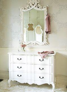 Cómoda blanca y espejo