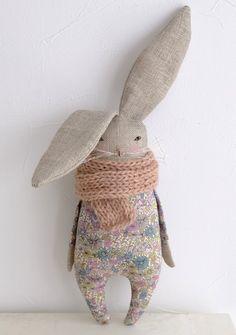 リネンを使った、うさぎの小さなぬいぐるみ  Libertyファブリックのロンパースに暖かい Alpaca wool のストールを巻いています  顔は全て手刺繍です  こちらはnaturalカラーのリネンを使いました   小さな女の子や、大人の女性のお部屋に   Size: 高さ(耳を含みます) :約 30㎝    ※自立は出来ません    ■素材 リネン ウール(Alpaca) コットン