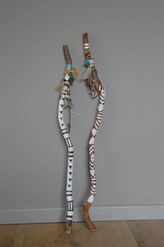 A set of 2 decorative sticks. These sticks can you loose against the wall or in a corner. It is also the beautiful on a wall shelf or on a cl… Nature Crafts, Home Crafts, Arts And Crafts, Painted Driftwood, Driftwood Art, Spirit Sticks, Twig Art, Driftwood Projects, Stick Art