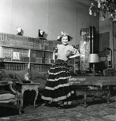 <a gi-track='captionPersonalityLinkClicked' href=/galleries/search?phrase=Coco+Chanel&family=editorial&specificpeople=216245 ng-click='$event.stopPropagation()'>Coco Chanel</a>. Attitude souriante de Coco CHANEL habillée en 'gitane', tenue qui n'est pas une de ses créations, debout dans le salon de son appartement rue Cambon à PARIS.