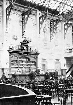 De foyer van de Tivoli schouwburg aan de Coolsingel in 1890. De opening van deze schouwburg was op 4 oktober 1890. De schouwburg ging door het bombardement van 14 mei 1940 verloren. De foto is van vandeneijk en de informatie van de website theaterencyclopedie.nl