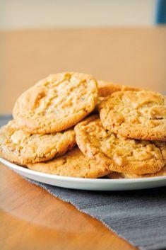12 stuks / 15 min / Nederlands recept. George Washington Carver was groot voorstander het verbouwen van pinda's in plaats van katoen. In 1925 bracht hij ter promotie van de pinda teelt een boek in met onder andere recepten van de voorlopers van dit koekje. Je kan ze uiteraard ook zonder chocolade maken. George Washington, Snacks, Cookies, Desserts, Food, Candy, Crack Crackers, Tailgate Desserts, Appetizers