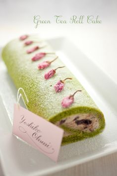 green tea roll cake Matcha Dessert, Dessert Drinks, Swiss Roll Cakes, Matcha Tee, Green Tea Recipes, Log Cake, Matcha Green Tea Powder, Japanese Sweets, Tea Cakes