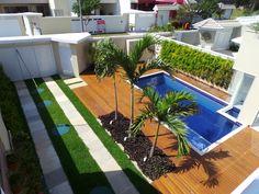 Um jardim contemporâneo, com linhas retas e plantas tropicais. Projeto Marisa Lima Paisagismo Tropical, Lima, Deck, Outdoor Decor, Home Decor, Tropical Plants, Straight Lines, Landscaping, Swiming Pool